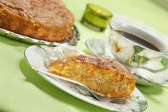 与打好的奶油的苹果饼 免版税库存照片