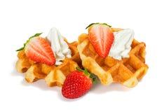 与打好的奶油的草莓比利时华夫饼干 免版税图库摄影