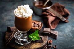 与打好的奶油,冷的巧克力饮料,咖啡frappe的被冰的可可粉饮料 图库摄影