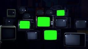 与打开绿色的屏幕的许多电视 蓝色黑暗的口气 影视素材