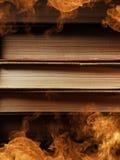 与打旋的烟的精装书 免版税库存图片