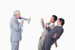 与扩音机叫喊的高级生意人 免版税库存图片
