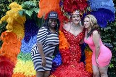 与扮装皇后的妇女姿势同性恋自豪日游行的 免版税库存照片