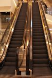 与扶手栏杆的现代自动扶梯 免版税库存照片