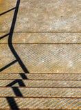与扶手栏杆的纹理和阴影的生锈的铁阶段 库存图片