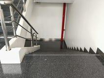 与扶手栏杆的老楼梯在大厦 在办公室 免版税库存照片