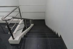 与扶手栏杆的老楼梯在大厦 在办公室 库存图片