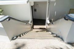 与扶手栏杆的老楼梯在大厦 在办公室 库存照片