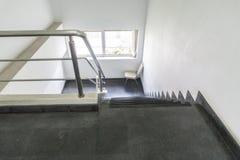 与扶手栏杆的老楼梯在大厦 在办公室 免版税库存图片