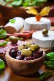 与承办酒席盛肉盘的新鲜的橄榄 图库摄影
