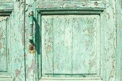 与把柄和锁的老绿色木门 免版税库存图片