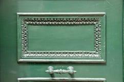 与把柄的老绿色木门片段 免版税库存照片