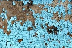 与抓痕、镇压和蓝色削皮油漆的土气硬质纤维板纹理 难看的东西背景 库存图片