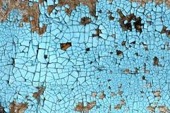 与抓痕、镇压和蓝色削皮油漆的土气硬质纤维板纹理 难看的东西背景 免版税库存照片