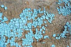 与抓痕、镇压和蓝色削皮油漆的土气硬质纤维板纹理 难看的东西背景 库存照片