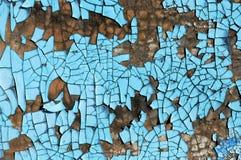 与抓痕、镇压和蓝色削皮油漆的土气硬质纤维板纹理 难看的东西背景 免版税库存图片