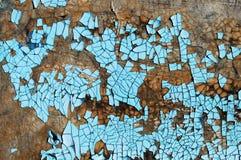 与抓痕、镇压和蓝色削皮油漆的土气硬质纤维板纹理 难看的东西背景 图库摄影