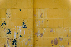 与抓痕和镇压的砖纹理 图库摄影