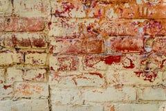 与抓痕和镇压的砖纹理 库存图片