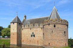 与护城河的古老城堡Radboud在梅登布利克 免版税库存照片