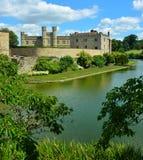 与护城河的英国中世纪城堡 免版税图库摄影