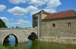与护城河的英国中世纪城堡 免版税库存照片