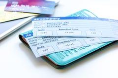与护照、信用卡和飞行票的旅行概念在轻的桌上 免版税图库摄影