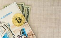 与护照盖子和美元的Bitcoin金黄硬币金钱 复制文本的spase在木背景 库存图片