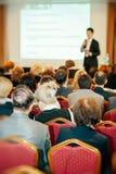 与报告人和观众的业务会议 免版税图库摄影