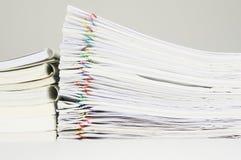 与报告和文书工作纸的书  免版税库存图片