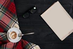 与报纸,咖啡杯,围巾,玻璃的工作区 时髦的办公桌 秋天或冬天概念 平的位置,顶视图 图库摄影