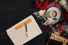 与报纸,咖啡杯,围巾,玻璃的工作区 时髦的办公桌 秋天或冬天概念 平的位置,顶视图 免版税图库摄影
