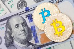 与报道的bitcoin的美元钞票 免版税库存图片