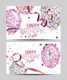 与抽象五颜六色的气球的白色卡片有星、自动收报机纸条和生日快乐愿望的 免版税图库摄影