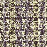 与抽象叶子、花、喇叭花和雏菊的花卉无缝的样式在白色,黄色,淡紫色,紫色和黑 库存照片