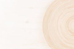 与抽象圈子的软的米黄白色木背景 免版税库存图片