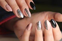 与抽象的黑修指甲设计 库存图片