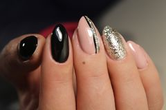 与抽象的黑修指甲设计 图库摄影