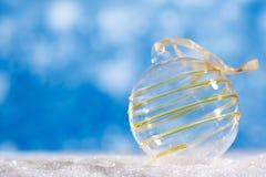 与抽象雪的闪烁圣诞节玻璃球 库存照片