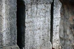 与拉丁文本的古老罗马坟茔 免版税库存照片