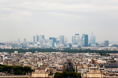 与拉德芳斯的巴黎地平线在背景中 库存照片