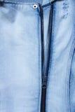 与拉链的蓝色牛仔布牛仔裤纹理 免版税库存照片