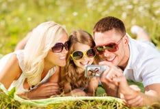 与拍照片的照相机的愉快的家庭 图库摄影