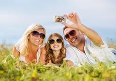 与拍照片的照相机的愉快的家庭 免版税库存照片
