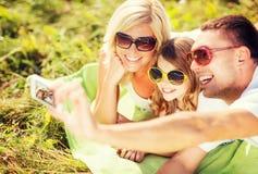 与拍照片的照相机的愉快的家庭 库存照片