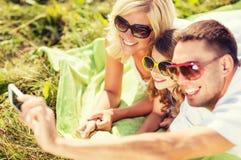与拍照片的照相机的愉快的家庭 免版税库存图片