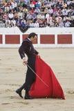 与拐杖的西班牙斗牛士Finito de科多巴斗牛在利纳雷斯的斗牛场 免版税库存图片