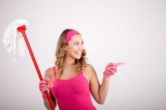 与拖把的愉快的妇女清洁 免版税库存图片
