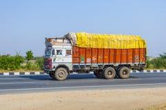 与拖拉机的货运在乡下公路 库存图片