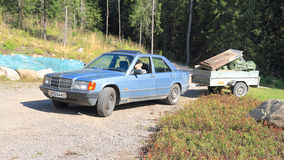 与拖车的经典默西迪丝在芬兰风景 免版税库存照片